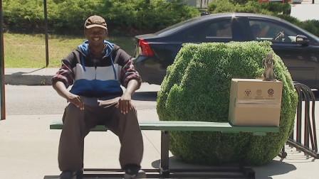 坐着的椅子忽然变成了跷跷板?熊孩子恶搞路人!网友:一起来玩!
