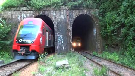 山洞通过两列火车,一进一出场面难得