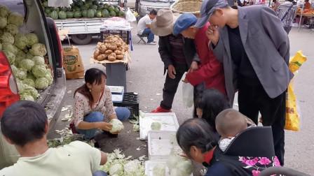 农村集市蔬果都用喇叭叫卖,好热闹,莲花白4公斤只要5块钱