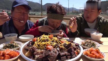 《韩国农村美食》大叔一家人吃排骨,吃得太香了,咀嚼声诱人!