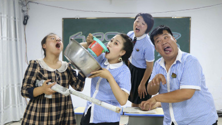 老师问学生AWM是什么,答对奖自热麻辣烫,没想女同学直接端盆吃