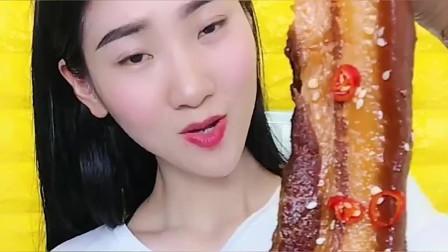 美食:小眼睛美女吃红烧肉,这么大一片,看着就过瘾!