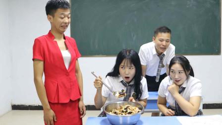老师和学生互换角色,没想老师因为顶嘴,被罚吃一大盆洋葱