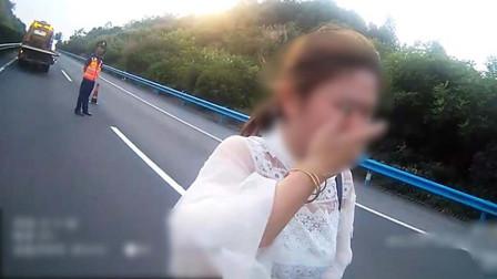 开车吃樱桃一头撞上高速护栏 湖北女司机吓得一直哭