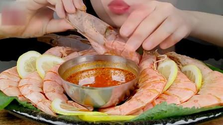 吃货小姐姐吃清蒸大虾,吃虾还是要有好的蘸料,味道翻倍提升!