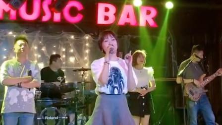 又是回忆啊!美女翻唱这首歌曲真是好听,你肯定会唱