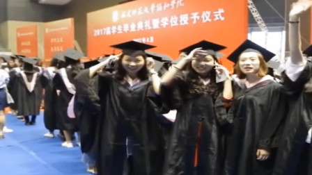 福建一所大学在毕业典礼上合唱改编的《成都》,引起网友共同回忆