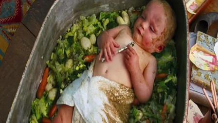 熊孩子为了赶走家里的保姆,竟然把最小的弟弟放进锅里,真是搞笑