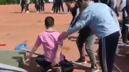 运动会男子跳高本以为是个王者,最后裁判也笑了
