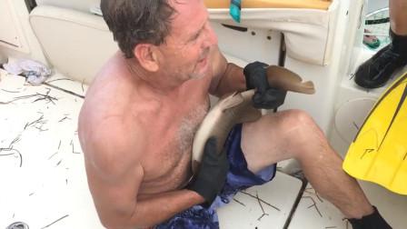 男子海里游得正欢,突然肚子一阵剧痛,起身一看大叫完蛋!