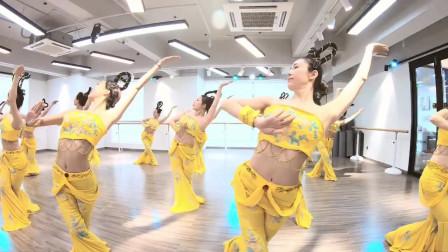 点击观看《轻松好看古典舞一梦敦煌 练习室美女古装舞视频》