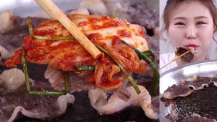 吃货小姐姐吃铁板烤牛肉,卷上麻辣泡菜,美的受不了!