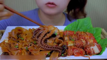 吃货小姐姐吃麻辣章鱼炒宽粉,弹性十足的口感,越吃越过瘾!