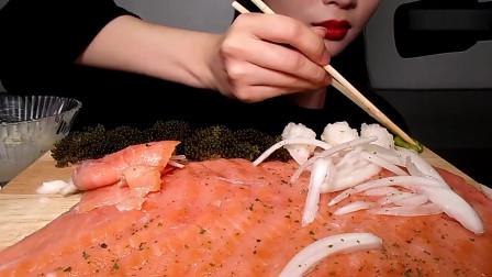 吃货小姐姐吃熏三文鱼,撒上作料配海葡萄,吃的超过瘾!