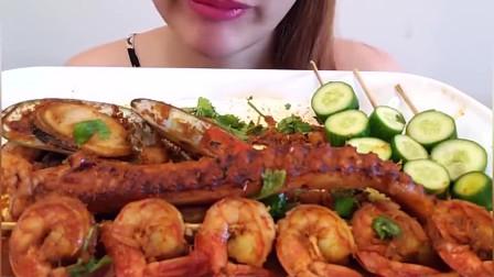 吃货小姐姐吃麻辣烤海鲜,整串的虾仁和鱿鱼,颜色看着太诱人了!