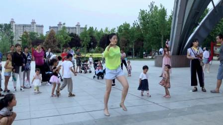 点击观看《青青世界广场学跳鬼步舞 好多人围观美女曳步舞视频》