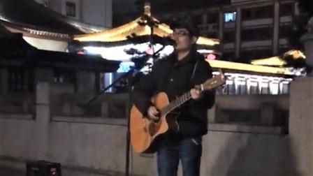 小伙街头卖唱,宛如天籁的嗓音一开口,路人就被俘虏了