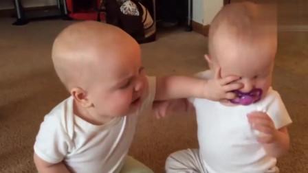 双胞胎为了一个奶嘴争吵,真是太有趣了,妈妈在旁边笑抽了!