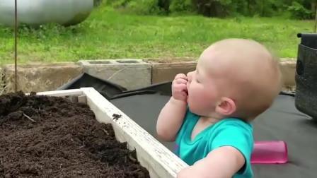 吃货小宝宝,直接下手抓土吃,妈妈看了好糟心