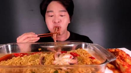 吃货胖哥吃超大份章鱼海鲜面,这狼吞虎咽的架势,看来是真饿呀!