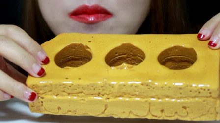 """小姐姐吃超级硬核的""""金砖糖"""",上面满满的蜂蜜,大口咬咯得牙疼"""