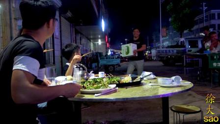120元吃大排档,地锅鸡配撸串,老爸直接上一箱啤酒,太过瘾了
