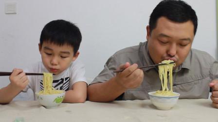 试吃日式拉面 连颗葱花都没有的挂面 超级简单的美食 孩子很爱吃