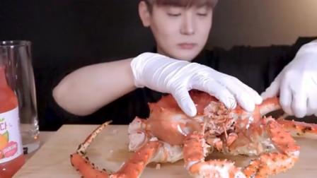 韩国吃货小哥,吃帝王蟹,蟹肉肥美