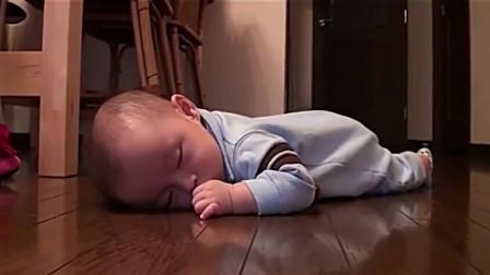 宝宝在地上趴着睡着了,爸爸打开吸尘器,宝宝的反应爸爸都懵圈了!