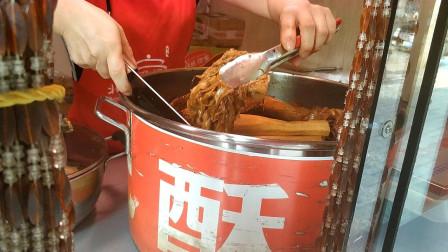 济南天桥北坦美食街,17元买1份酥锅,想把肉切开,被老板拒绝