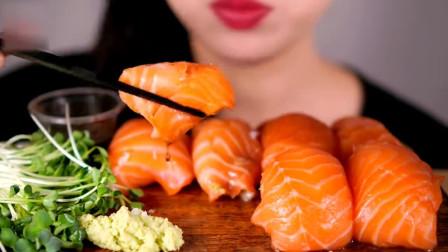 吃货小姐姐吃丰盛的三文鱼寿司,大块直接一口,吃相真豪爽!