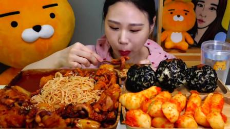 吃货小姐姐吃一锅辣章鱼拌面,配上海苔饭团和萝卜泡菜,也太能吃