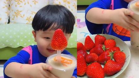 吃货小宝宝直播吃彩色大草莓,是我向往的生活,一口咬下去超过瘾