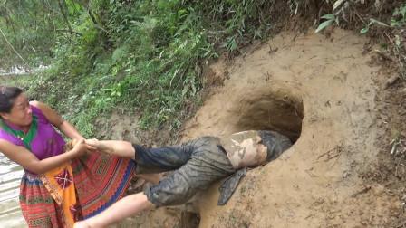 农村夫妇在河岸边挖陷阱,抓了啥大货,女子急忙来帮忙,一起吃真香