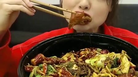 可爱的阿尤小姐姐吃美食,看起来好好吃,想吃!