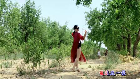 青青世界农村地理跳健身舞 看女儿第一次跳舞很尴尬