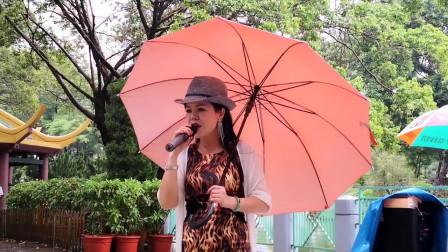 街头艺人小红演唱《天在下雨我在想你》,人美歌甜观众打赏红包