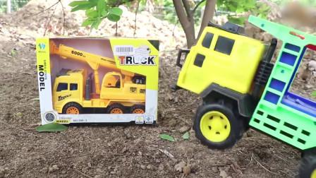 树上挂着很多崭新的玩具小汽车,我们一起来想个办法把它们拿下来吧