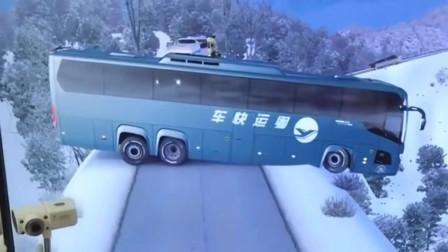 大巴车尾部都快掉进深渊了,还好老司机技术过硬挽救了整车人!