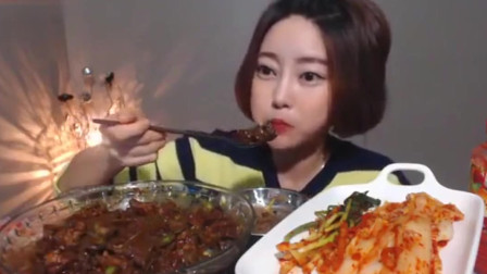 美食吃播:多萝西吃面条、辣白菜、腌萝卜,食物简单吃的却很香