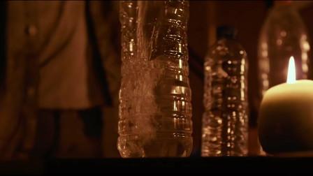 末日浩劫:男子和朋友准备水和武器,准备以后用!相关的图片