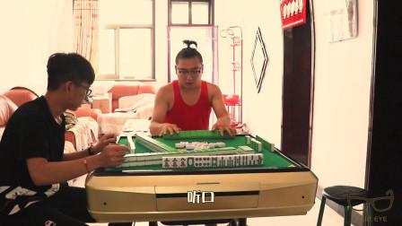 村里�z二��V迷打麻��,一人拿著�筛迸疲�玩的不亦�泛酰�太逗了!