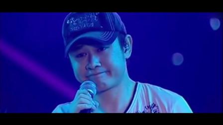 刀郎现场演唱会深情歌唱《谢谢你》哭得泪流满面,歌迷十分心疼