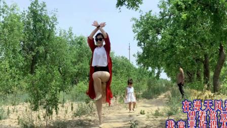 点击观看《农村媳妇地里跳广场舞 青青世界枣树林高跟鞋简单舞蹈》