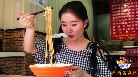 """龙城食为鲜:一起探寻太原本地美食,品尝许西小吃街的""""炸酱面"""""""