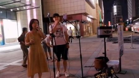 街头歌手翻唱一首《飞云之下》,一开口就不输原唱,太好听了!