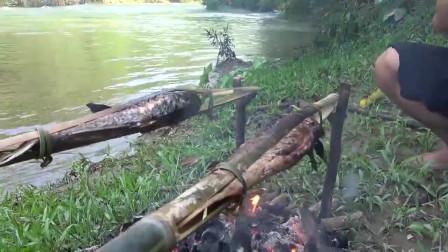 农村夫妇上山搞野,在小河中连抓2条大货野味,现抓现烤,吃的真香