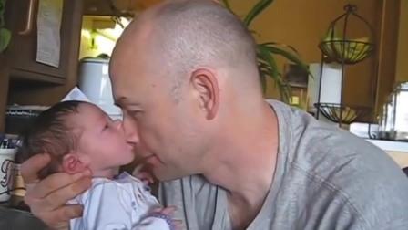 宝宝是小吃货,吃爸爸,吃姐姐,妈妈看到都笑了!
