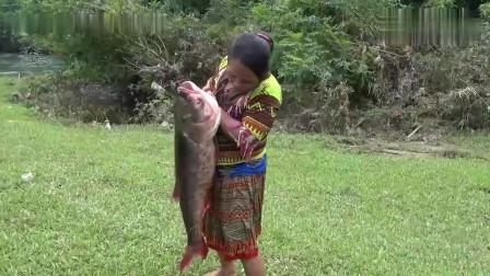 农村表嫂下河搞野,抓到了一条十几斤重的大货,直接烤来吃,真香