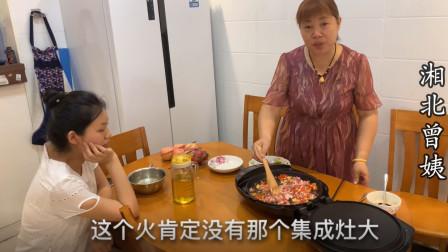 婆婆第一次电饼铛做美食,一旁的儿媳馋的要留口水了,色香味俱全